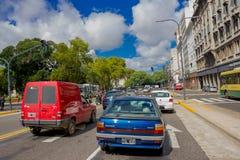 布宜诺斯艾利斯,阿根廷- 2016年5月02日:等待绿灯的汽车在一蓝天天 免版税图库摄影