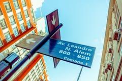 布宜诺斯艾利斯,阿根廷- 2016年5月02日:街道位于在av之间的交叉点的名字标志 莱安德罗alem和av 图库摄影