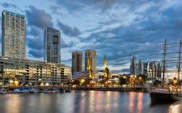 布宜诺斯艾利斯, Puerto Madero在晚上 免版税库存图片