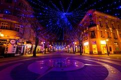 布尔加斯市,保加利亚- 2012年12月08日 圣诞节装饰在晚上 免版税库存照片