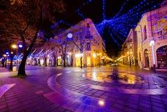 布尔加斯市,保加利亚- 2012年12月10日 圣诞节装饰在晚上 库存照片