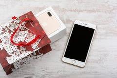 布尔加斯,保加利亚- 2016年10月22日:新在白色背景,圣诞节礼物,说明社论的苹果计算机iPhone 7正金子 库存照片