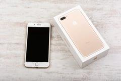 布尔加斯,保加利亚- 2016年10月22日:新在白色背景,说明社论的苹果计算机iPhone 7正金子 免版税库存图片