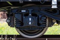 布尔加斯,保加利亚- 2017年3月20日-运送货物火车轮子- 4axled平的无盖货车白色类型:Rens模型:192, B - Transvagon广告 图库摄影