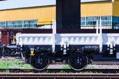 布尔加斯,保加利亚- 2017年3月20日-运送货物火车轮子- 4axled平的无盖货车白色类型:Rens模型:192, B - Transvagon广告 免版税库存图片