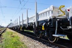 布尔加斯,保加利亚- 2017年3月20日-运送货物火车- 4axled平的无盖货车白色类型:Rens模型:192, B - Transvagon广告 免版税库存图片