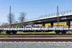 布尔加斯,保加利亚- 2017年3月20日-运送货物火车- 4axled平的无盖货车白色类型:Rens模型:192, B - Transvagon广告 免版税图库摄影