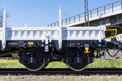 布尔加斯,保加利亚- 2017年3月20日-运送货物火车- 4axled平的无盖货车白色类型:Rens模型:192, B - Transvagon广告 库存照片