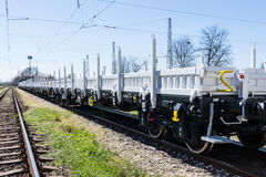 布尔加斯,保加利亚- 2017年3月20日-运送货物火车- 4axled平的无盖货车白色类型:Rens模型:192, B - Transvagon广告 库存图片
