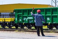 布尔加斯,保加利亚- 2017年3月20日-运送货物火车- 4axled箱子无盖货车绿色类型:Eanos模型:155-1 - Transvagon广告 库存照片