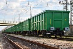 布尔加斯,保加利亚- 2017年3月20日-运送货物火车- 4axled箱子无盖货车绿色类型:Eanos模型:155-1 - Transvagon广告 库存图片
