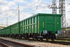 布尔加斯,保加利亚- 2017年3月20日-运送货物火车- 4axled箱子无盖货车绿色类型:Eanos模型:155-1 - Transvagon广告 免版税库存图片