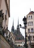布尔诺、哥特式大教堂和连斗帽女大衣教会 免版税图库摄影