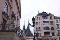 布尔诺、哥特式大教堂和连斗帽女大衣教会 免版税库存照片