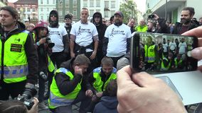 布尔诺,捷克,2019年5月1日:反法西斯活动家antifa设法阻拦行军,与警察谈判 影视素材