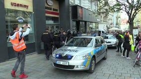 布尔诺,捷克,2019年5月1日:警察扣留了反法西斯活动家的antifa谁不合法地行动了,扣上手铐 影视素材