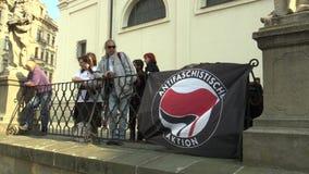 布尔诺,捷克,2019年5月1日:Antifa Antifascists Antifaschistische亚克兴角旗子在事件的反对 影视素材