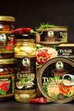布尔诺,捷克- 2017年12月16日:Kaiser弗朗兹约瑟夫独家新闻罐装金枪鱼用辣椒 食家的食物 各种各样的类型o 库存照片