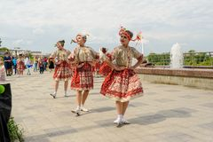 布尔诺,捷克2017年6月25日 捷克传统宴餐传统民间舞蹈和娱乐 女孩和男孩 库存图片