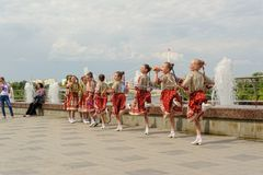 布尔诺,捷克2017年6月25日 捷克传统宴餐传统民间舞蹈和娱乐 女孩和男孩 图库摄影