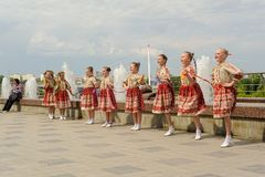 布尔诺,捷克2017年6月25日 捷克传统宴餐传统民间舞蹈和娱乐 女孩和男孩 免版税库存图片