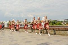 布尔诺,捷克2017年6月25日 捷克传统宴餐传统民间舞蹈和娱乐 女孩和男孩 免版税库存照片