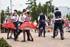 布尔诺,捷克2017年6月25日 捷克传统宴餐传统民间舞蹈和娱乐 女孩和男孩服装的 免版税库存图片