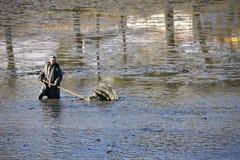 布尔诺11月11日2017年捷克 池塘传统秋天抓住  捷克前圣诞节传统 图库摄影