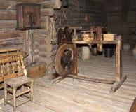 织布工的屋子的古老内部一个木日志小屋的,俄罗斯 免版税图库摄影