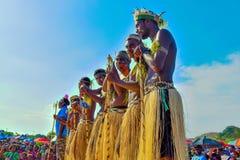 布干维尔省文化展示 巴布亚新几内亚的孩子 独特的文化小组 免版税库存照片
