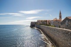 布德瓦城堡有在亚得里亚海和老镇上的全景 图库摄影