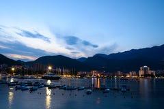 布德瓦市和船坞夜全景有全部的小船 黑山,巴尔干,亚得里亚海,欧洲 免版税库存图片