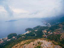 布德瓦里维埃拉在黑山在晚上 沿海和山 免版税图库摄影