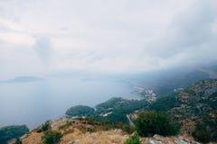 布德瓦里维埃拉在黑山在晚上 沿海和山 库存图片
