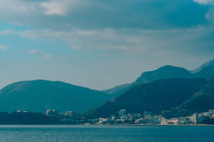 布德瓦里维埃拉在黑山在晚上 沿海和山 图库摄影