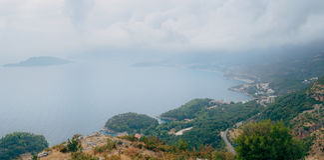 布德瓦里维埃拉在黑山在晚上 沿海和山 库存照片