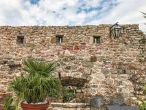 布德瓦,黑山老镇的城堡  墙壁的片段有漏洞的 布德瓦是一个最保存良好的中世纪Med 库存图片