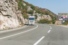 布德瓦,黑山- 2017年8月26日:在山的高速公路路,黑山 免版税库存照片