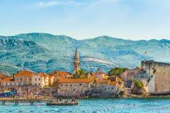 布德瓦,黑山- 2017年8月18日:老镇和城堡的看法 巴尔干,亚得里亚海,欧洲 免版税库存图片