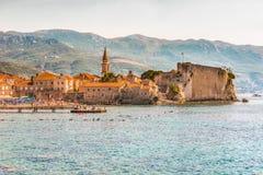 布德瓦,黑山- 2017年8月18日:老镇和城堡的看法 巴尔干,亚得里亚海,欧洲 免版税库存照片
