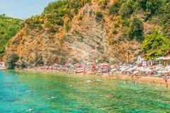 布德瓦,黑山- 2017年8月18日:莫格伦海滩的片段在布德瓦,黑山是其中一个在布德瓦的最普遍的海滩 库存照片