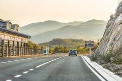 布德瓦,黑山- 2017年8月26日:路,高速公路在巴尔干山脉,黑山 免版税图库摄影