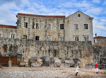 布德瓦,黑山,巴尔干半岛, 25 01 2015年 两个女孩playi 免版税库存图片