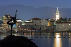 布德瓦,黑山- 2014年8月9日:对芭蕾舞女演员的纪念碑作为市的标志布德瓦,反对背景的黑山 免版税图库摄影