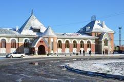 布拉戈维申斯克,俄罗斯, 2017年10月, 21日 在火车站附近的白色汽车在布拉戈维申斯克 免版税图库摄影
