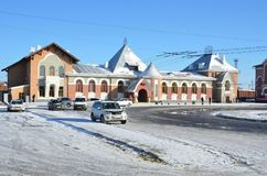 布拉戈维申斯克,俄罗斯, 2017年10月, 21日 在火车站附近的白色汽车在布拉戈维申斯克 免版税库存照片