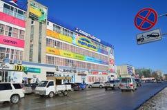 布拉戈维申斯克,俄罗斯, 2017年10月, 21日 汽车在市在Zeyskaya街道上的布拉戈维申斯克, 181 库存图片