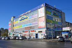 布拉戈维申斯克,俄罗斯, 2017年10月, 21日 汽车在市在Zeyskaya街道上的布拉戈维申斯克, 181 免版税库存照片