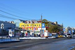 布拉戈维申斯克,俄罗斯, 2017年10月, 21日 汽车在布拉戈维申斯克在秋天临近中心`大` Bolshoy 库存照片