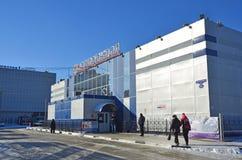 布拉戈维申斯克,俄罗斯, 2017年10月, 21日 走在汽车站的大厦的附近人们在布拉戈维申斯克 免版税库存照片